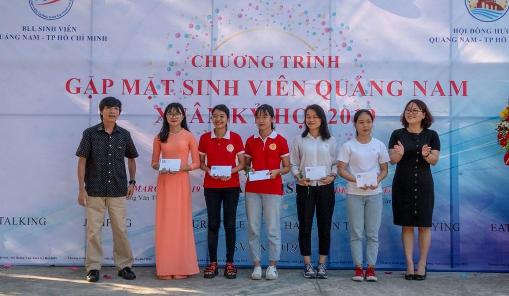 Anh Trần Thanh Bình (bìa trái) - Giám đốc Công ty truyền thông Peal Media tặng học bổng cho 5 sinh viên có hoàn cảnh khó khăn. Ảnh: XUÂN THỌ