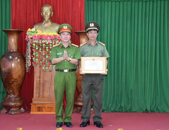 Đại tá Nguyễn Đức Dũng - Phó Giám đốc Công an tỉnh trao thưởng đột xuất cho Công an Núi Thành trong đợt cao điểm ra quân tấn công, trấn áp tội phạm. Ảnh: M.T