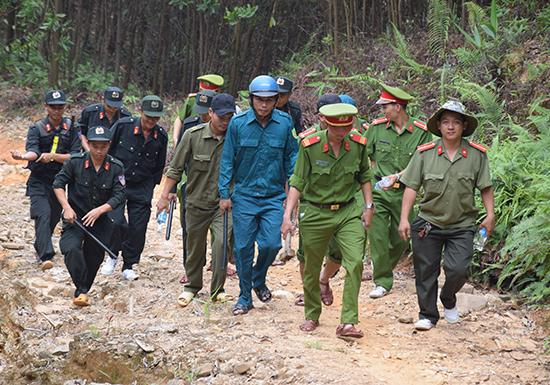 Lực lượng Công an xã Tam Lãnh cùng với Công an huyện Phú Ninh, Đồn Công an Tam Lãnh tổ chức tuần tra, truy quét tại khu vực bãi vàng Bồng Miêu: Ảnh: HOÀI AN
