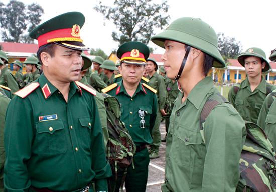 Thiếu tướng - Tư lệnh Quân Khu 5 Lê Chiêm (nay là Thượng tướng, Thứ trưởng Bộ Quốc phòng) thăm Sư đoàn 315. Ảnh: NT