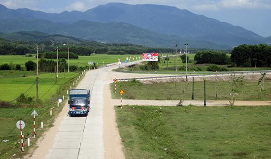 Hệ thống giao thông nông thôn ở huyện Nông Sơn được quy hoạch xây dựng bài bản và kiên cố. Ảnh: VĂN SỰ