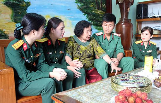 Bà Trần Thị Kim Cúc kể về những lần được gặp Bác Hồ với quân nhân Cục Chính trị Quân khu 5. Ảnh: NGỌC DIỆP