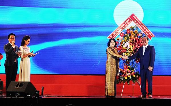 Phó chủ tịch nước Đặng Thị Ngọc thịnh tặng hoa chúc mừng và chia vui với bà con đồng hương xứ Quảng. Ảnh: MINH HẢI
