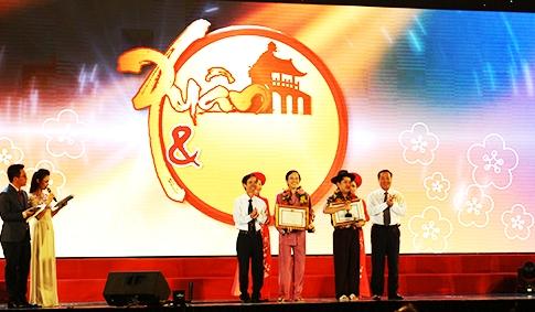 Tặng bằng khen cho nghệ sỹ Hoài Linh và Trường Giang. Ảnh: MINH HẢI