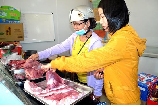 Ngành chức năng khuyến cáo người tiêu dùng sử dụng thịt heo có nguồn gốc xuất xứ rõ ràng, có dấu kiểm dịch của cơ quan thú y. Ảnh: QUANG VIỆT