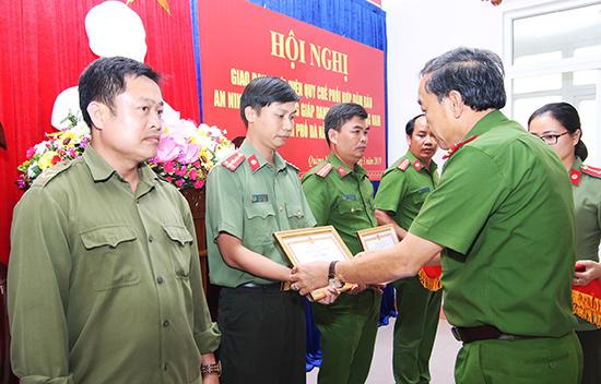 Đại tá Trần Mưu - Phó Giám đốc Công an TP.Đà Nẵng trao thưởng cho các tập thể, cá nhân của Quảng Nam có đóng góp xuất sắc vào công tác phối hợp giữa hai đơn vị trong bảo đảm an ninh trật tự. Ảnh: T.C