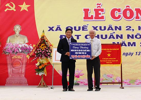 UBND tỉnh tặng thưởng công trình phúc lợi trị giá 400 triệu đồng cho xã Quế Xuân 2. Ảnh: VĂN SỰ