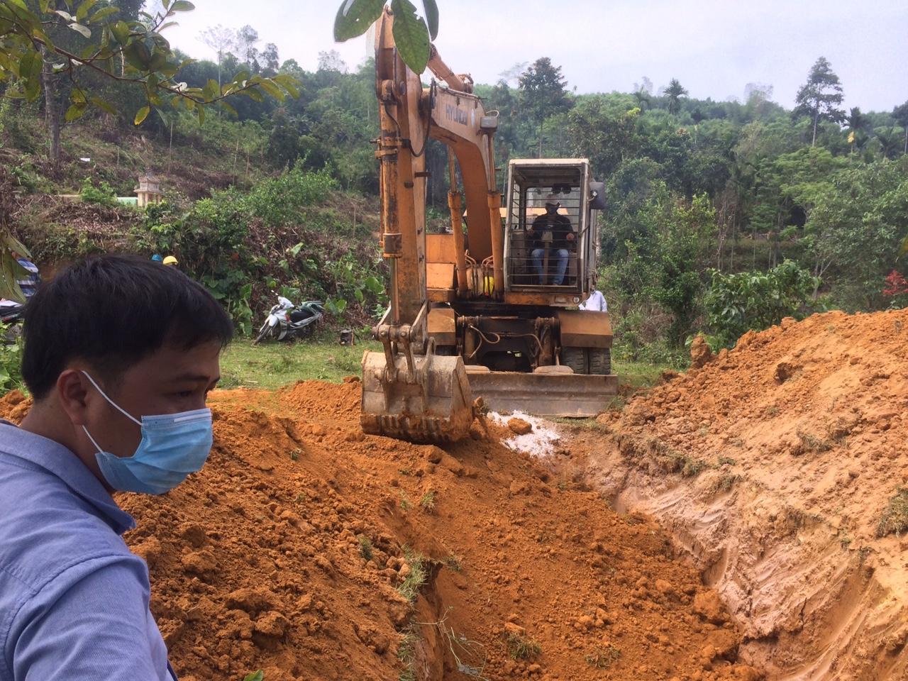 Lực lượng chức năng cũng tiến hành đào hố để tiêu huy số heo bị mắc bệnh dịch LMLM. Ảnh: H.T