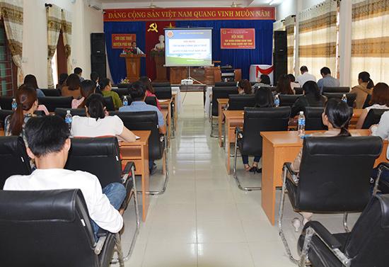 Chi cục Thuế Phú Ninh tổ chức tập huấn cho kế toán của các doanh nghiệp nhằm thực hiện hiệu quả công tác thuế. Ảnh: V.D