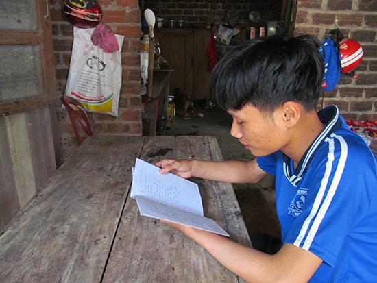 Em Hồ Nhật Linh mong có điều kiện để đến trường.  Ảnh: H.A