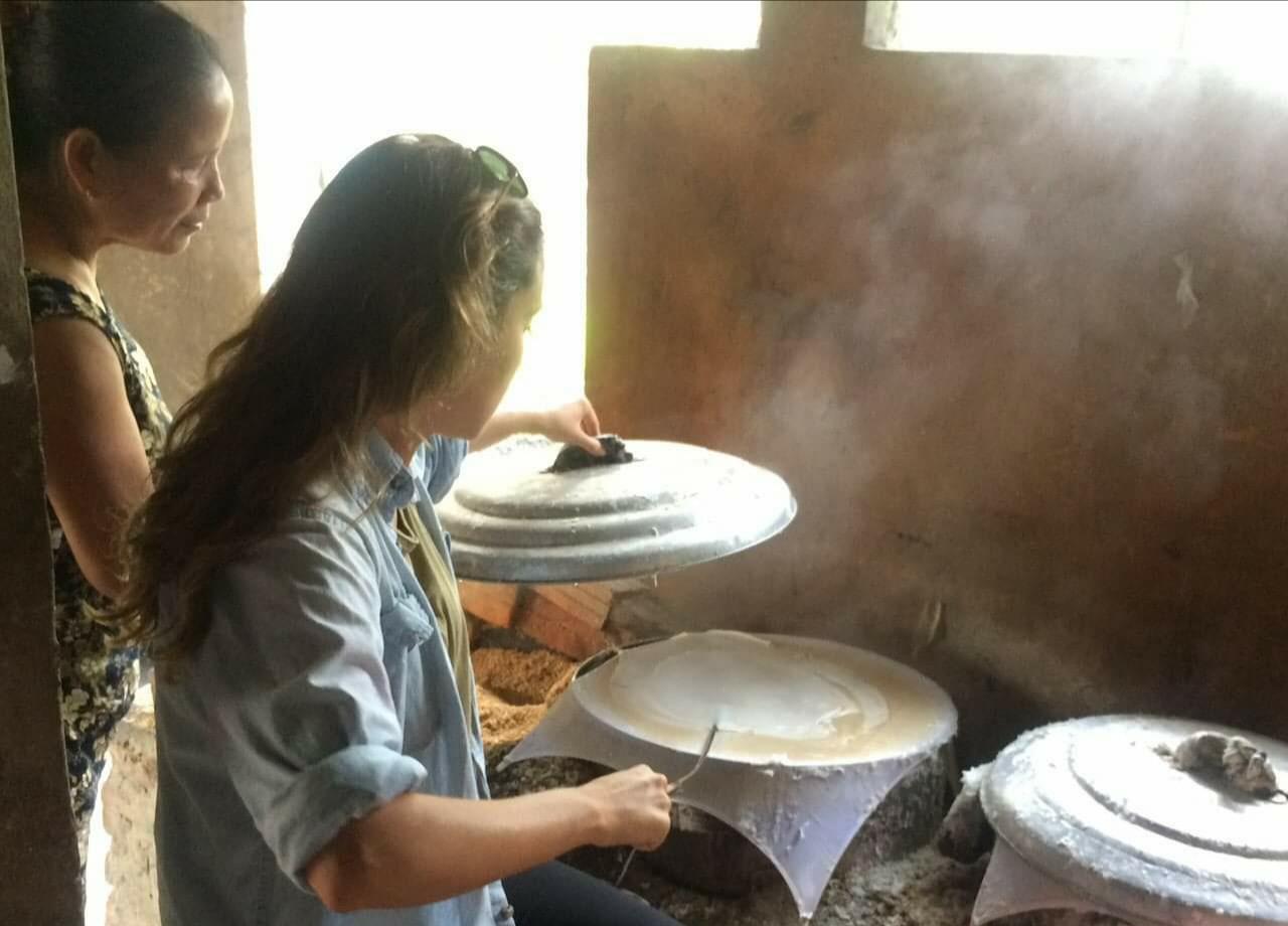 Khách du lịch được trải nghiệm tráng bánh tại làng nghề truyến thống bánh tráng Phú Triêm. Ảnh: L.C