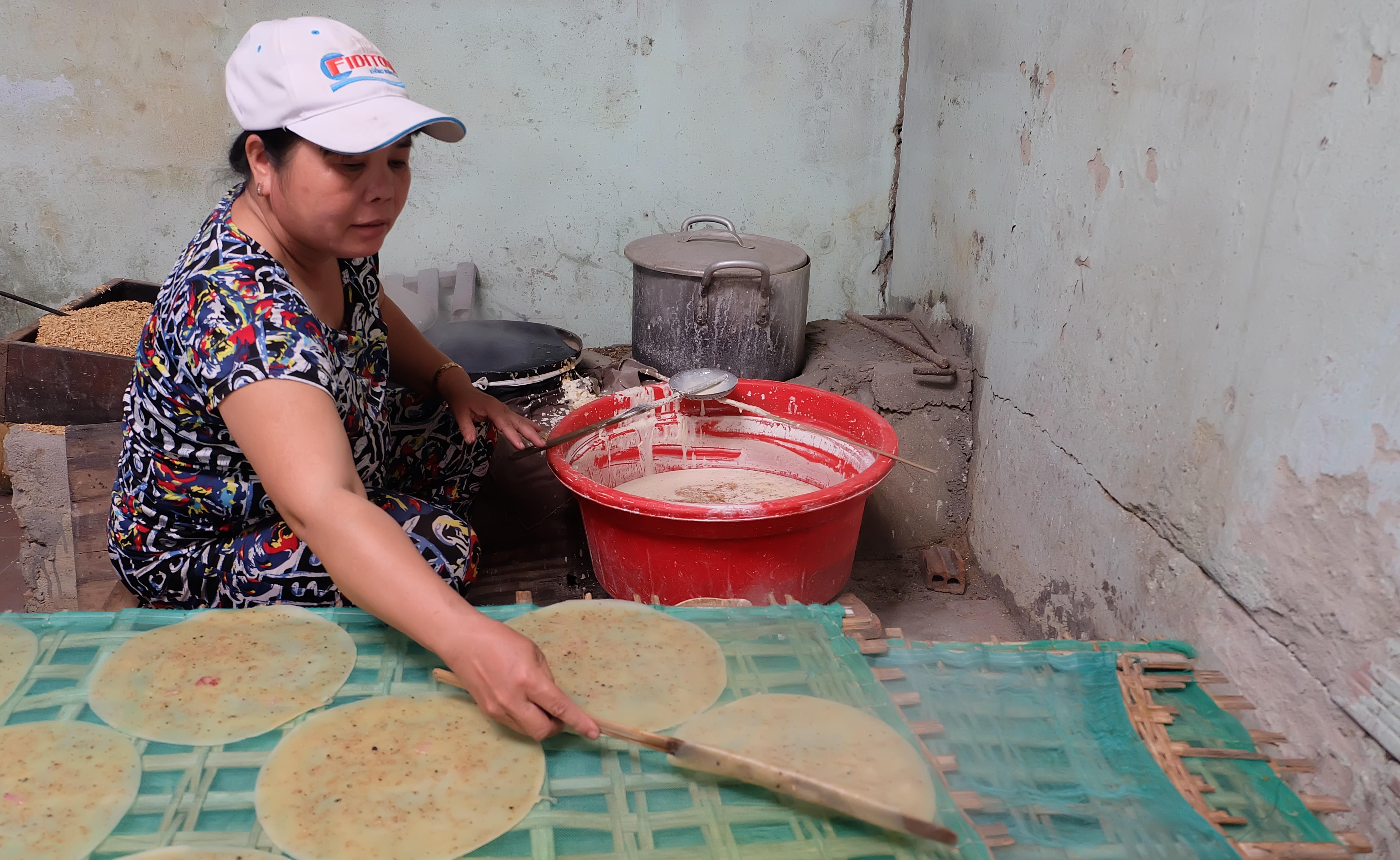 Mỗi ngày, mỗi hộ dân có thể tráng từ 800 - 1.000 bánh tráng các loại. Ảnh: L.C