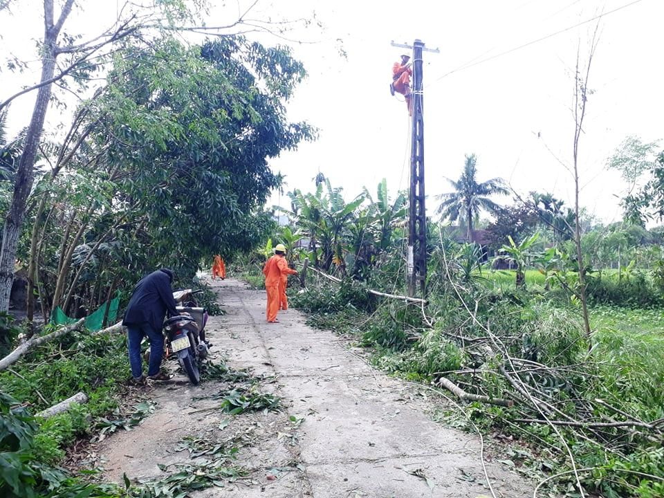 Ngành điện lực huyện Quế Sơn khắc phục sự cố điện do lốc xoáy gây ra. Ảnh: S.T