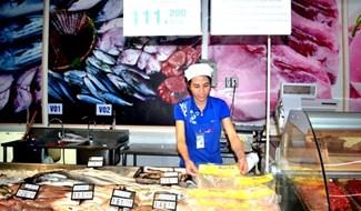 Thịt gà Mười Tín đang được bày bán ở siêu thị Co.opMart Tam Kỳ. Ảnh: QUANG VIỆT