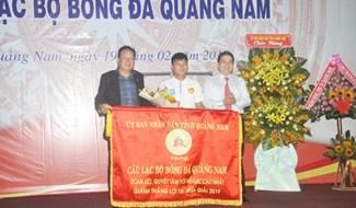 UBND tỉnh tặng cờ cho Câu lạc bộ Quảng Nam tại lễ xuất quân mùa giải 2019. Ảnh: T.V