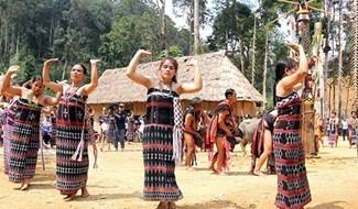 Đồng bào Cơ Tu ở huyện Tây Giang vui múa cồng chiêng trong ngày hội khai năm tạ ơn rừng. Ảnh: ALĂNG NGƯỚC