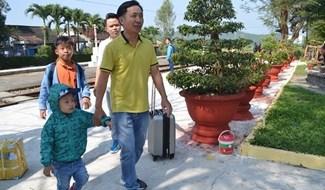 Tàu chưa tới, người cha trẻ dẫn con đi dạo trong sân ga. Ảnh: C.T
