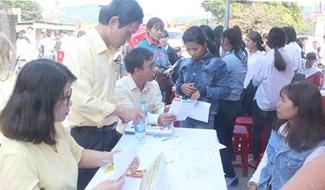 Lao động tại huyện Bắc Trà My tìm hiểu thông tin về xuất khẩu lao động tại sàn giao dịch việc làm. Ảnh: D.L