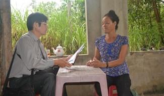 Trao tận tay 700 nghìn đồng của bạn đọc gửi tặng đại diện gia đình em Nguyễn Thị Diễm (thôn Xuân Thái Tây, xã Bình Định Bắc, Thăng Bình).