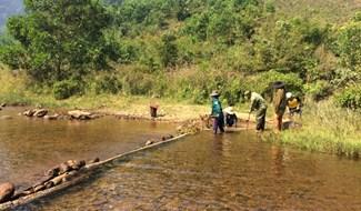 Để thuận lợi, ít tốn công sức, người Cơ Tu thường chọn những vị trí chỉnh được nguồn nước chảy về hướng khác mà không bị đổ về theo dòng chảy truyền thống.
