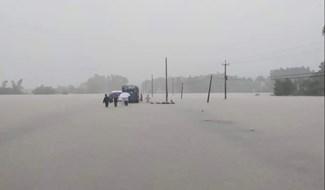 Nhiều đoạn, tuyến giao thông ở Nông Sơn bị ngập sâu trong nước từ 1m tới 2m. Ảnh: CTV