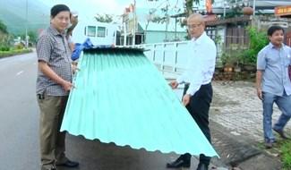 Công ty CP Tôn Đông Á hỗ trợ trao tấm tôn lợp nhà trị giá gần 200 triệu đồng cho người dân Nông Sơn. Ảnh: P.N