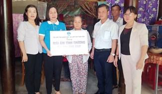 Trao nhà tình nghĩa tại gia đình bà Nguyễn Thị Huy (Đại Nghĩa, Đại Lộc). Ảnh: HOÀNG LIÊN