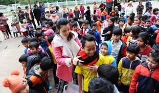 Tặng áo ấm cho học sinh. Ảnh: MINH HẢI