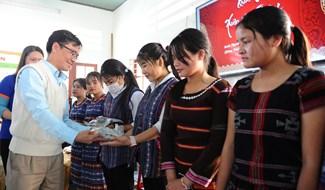 Anh Mai Anh Tuấn, phó Giám đốc Trung tâm Anh ngữ Quốc tế Iiead Hội An tặng quà cho các em mang về gia đình. Ảnh: MINH HẢI