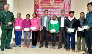 Trao quà tết cho cán bộ, hội viên CCB miền núi Quảng Nam. Ảnh: H.LIÊN