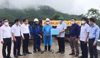 Bí thư Tỉnh ủy Phan Việt Cường trao tặng quà, động viên, đôn đốc đơn vị nhà thầu và thi công sớm hoàn thành cây cầu Tân Đợi vào dịp Tết Dương lịch 2022. Ảnh: H.L