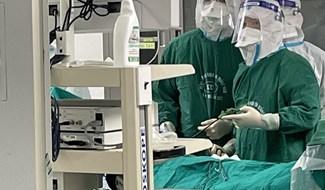 Thực hiện phẫu thuật nữ du học sinh bị viêm ruột thừa cấp. Ảnh: L.V.NHIỆM