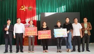 Bí thư Tỉnh ủy Phan Việt Cường trao tặng 3 căn nhà tình nghĩa tổng trị giá 170 triệu đồng tại xã Đại Thắng. Ảnh: NHAN DUY