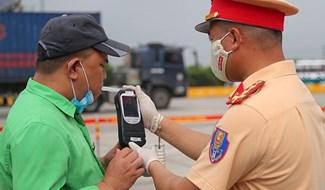 Lực lượng cảnh sát giao thông kiểm tra nồng độ cồn đối với lái xe. Ảnh: Cổng TTĐT Bộ Công an