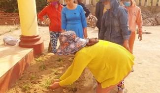 Cán bộ, hội viên phụ nữ Đại Phong (Đại Lộc) dọn vệ sinh môi trường, trồng hoa thay thế cỏ dại. Ảnh: HOÀNG LIÊN