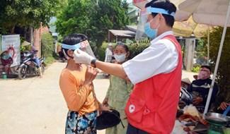 Tuổi trẻ Quảng Nam sôi nổi tham gia ngày hội hiến máu. Ảnh: HOÀNG LIÊN