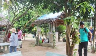 Khảo sát điểm đến tại Dinh Bà Thu Bồn. Ảnh: HOÀNG LIÊN
