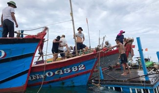 Một vụ chìm tàu tại huyện Núi Thành.Ảnh: Đ.Y