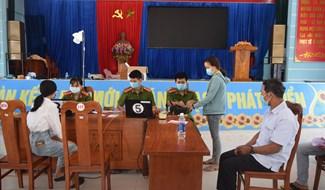 Công an Thăng Bình tuyên truyền người dân giữ khoảng cách trong quá trình cấp CCCD