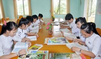 Học sinh Trường THPT Đỗ Đăng Tuyển (Đại Lộc) đọc sách báo tại thư viện trường. Ảnh: XUÂN PHÚ