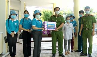 Hội LHPN tỉnh tặng quà cán bộ quản lý và người dân đang ở Khu cách ly huyện Phú Ninh. Ảnh: Q.V