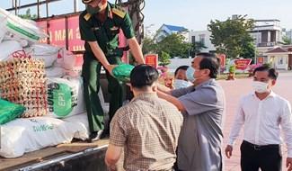 Uỷ viên Trung ương Đảng, Bí thư Tỉnh uỷ - Phan Việt Cường tham dự lễ xuất hàng hoá ủng hộ người dân Đà Nẵng tại Đại Lộc. Ảnh: LIÊN DUY