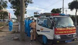 Đoàn công tác huyện Núi Thành lên đường đón đồng hương từ TP.Đà Nẵng về quê. Ảnh: V.BẢO