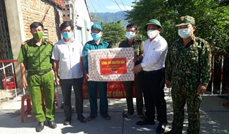 Bí thư Huyện ủy Đại Lộc - Nguyễn Hảo đến thăm, trao tặng quà động viên lực lượng làm nhiệm vụ tại xã Đại Hồng. Ảnh: N.D