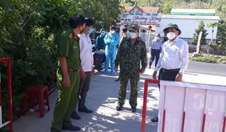 Lãnh đạo huyện kiểm tra điểm chốt chặn trên địa bàn xã Đại Hồng. Ảnh: HOÀNG LIÊN