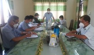 Lãnh đạo huyện Đại Lộc làm việc với địa phương về đẩy mạnh công tác phòng chống dịch. Ảnh: N.D