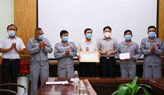 Phó Chủ tịch UBND tỉnh Trần Văn Tân trao bằng khen của Chủ tịch UBND tỉnh cho đội lái xe THACO- Chu Lai.