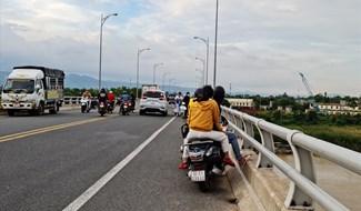 Người dân tập trung trên cầu Giao Thủy theo dõi tin tức nạn nhân. Ảnh: T.N