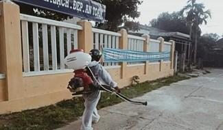 Sát khuẩn, vệ sinh trường học phục vụ giảng dạy năm học mới. Ảnh: H.L